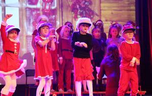 Hoppa tomtestyle innehöll både dans och live sång.