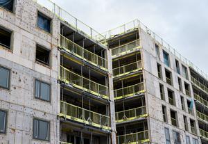 Sätt press på byggbolag och byggherrar så det byggs billiga hyresrätter, skriver Mats Westerberg.