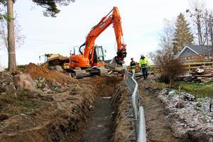 Grävarbetet för nytt vatten och avlopp i Tisarbaden har påbörjats.