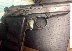 Polisen misstänker att mordvapnet som användes är en pistol av märket Crvena Zastava modell 70. Mordvapnet har dock aldrig hittats. Däremot hittade polisen en hylsa i Alexander Failis garage som, efter analys hos NFC i Linköping, visade sig ha varit avlossad av samma vapen som det som användes vid mordet. I 35-årings dator fanns också en bild på ett vapen av samma modell som mordvapnet. Foto: Polisen