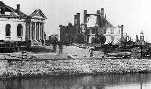 Börshuset har behållit sin fasad ända till i dag även om byggnaden ansattes hårt 1869. Intill fanns bland annat en gymnasieskola som totalförstördes.