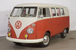 Den här folkvagnsbussen såldes för 322 000 kronor. Foto: Holmgrens Volkswagenmuseum