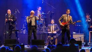 Kungsörssonen Jonas Thorell, med röd bas, och hans Mad Men Band tillsammans med Owe Thörnqvist. Foto: Privat