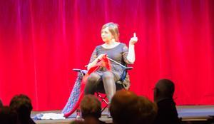 En och annan får fingret av Ingela Wall i föreställningen.