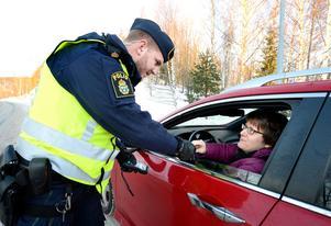Timmy Karlsson checkar bilisterna  i julrushen. Monica Nordin hade allt i ordning och det var bara att köra vidare för henne och alla andra som blev testade denna förmiddag.