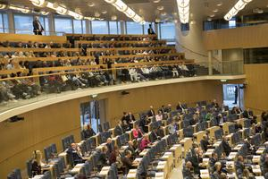 Riksdagen med åhörarplats och en del av plenisalen, där det röstas om främst regeringens förslag. Foto: Fredrik Sandberg / TT.
