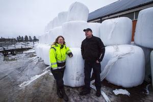 Glada miner – trots  en tuff period och extra foderkostnader på 800 000 kronor. Camilla Mattsson och Jonas Halonen ser positivt på framtiden.