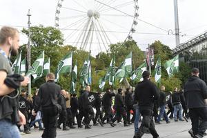 Högerextremister på marsch genom Örebro.