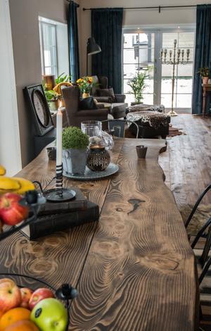 Bordet är gjort av en amerikansk gran som stod i Tyngsjö. Handhyvlat, välslipat och inoljat
