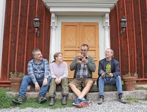 Musikaliskt möte på Willboda gård i Spannarboda. På trappan Björn Tångeberg, Malin Burbeck, Torbjörn Helander och Holger Schellwat.