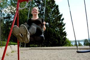 Tjugoåriga Moa Johansson har jobbat som avlönad trainee i Matfors och Runsviks skola under det gångna läsåret. Nu anställs ytterligare tio traineer.
