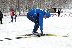 Åke Mossberg fixar utrustningen innan start.
