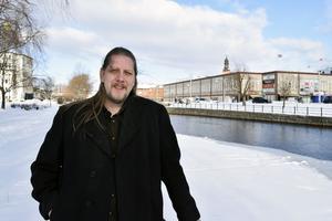 Vänsterpartiets länsordförande Patrik Liljeglöd utgår från att regeringen gör som de lovat - lägger fram begränsningar för privata vinster i välfärden.