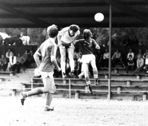 Opes Kjelle Carlsson, legendarisk målspruta, med rötterna i Djurgårdens IF, knoppar in 1-0 i matchen mot gästrikelaget Örta. Matchen spelades i juni 1979, alltså för nästan exakt 40 år sedan.