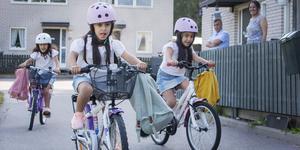 I dag är det dags för trillingarna Lilly, med rosa ryggsäck, Lia, med turkos ryggsäck och Lin, med gul ryggsäck att göra sin första dag i skolan.
