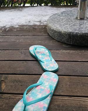 Flippflopp och snö på altanen hemma hos Elisabet Olofsson på Frösön.