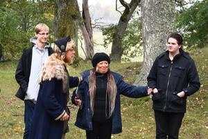 De svenska eleverna Arvid Bratt (längst till vänster) och Joel Holm (till höger) roas när den engelska läraren Nicci Higgs (i mitten) får spela gammelmormor i en vikingaimprovisation.