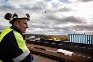 Christopher Gluch har bra utsikt över arbetet från ett tak inne på området.