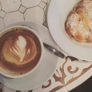 Cappuccino och citron- och marängkaka på Åre bageri.