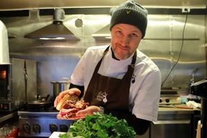 Kocken Niklas Edgren med sin grillade julmacka.
