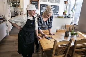 Under söndagen öppnade Frida Slånstam (till höger) upp sin lunchrestaurang för behövande och serverade gratis mat. Många frivilliga hade skänkt mat och i köket fick hon hjälp av Eva Nybom.