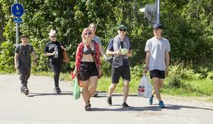 Festivalbesökare på väg tillbaka till festivalområdet.