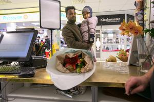 Alexander Yemane från Krokom och hans 3-åriga dotter Naher köpte en blombukett till föräldrarna till en alldeles nyfödd son.