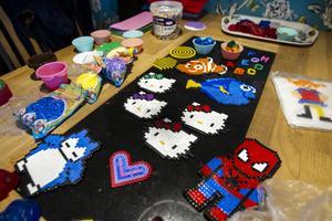 Hemma hos Jennifer och Jacqueline Nilsson pryds köksbordet med pärlplattor och tvålar. Under dagen ska de skapa fler.