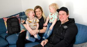 Lise och Eric Olovsson, här med sönerna Ebbe och Walle, träffades genom kompisar.
