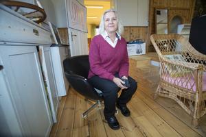 – Det var stundens ingivelse. Jag har ett gammalt hus i Grinduga med mycket 60-talsgrejer där den kan passa, Lena Hådal som köpte en svart snurrstol på auktion.