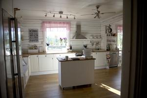 Köket är romantiskt och hemtrevligt och väldigt ljust.