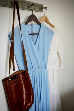 I sovrummet hänger en blå sommarklänning och en vit spetsbröllopsklänning, båda är ärvda.
