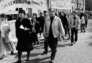 Demonstration för att rädda Fryxellska skolan samlade 700 deltagare I täten för tåget går Bror Samuelsson. Foto från 23 april 1990.
