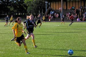 Linda Johannesson försöker springa i från Jessica Karlsson. Foto: Niclas Bergwall