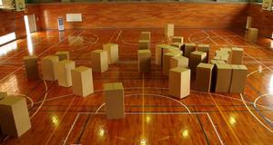 """Ett av de japanska videoverk som visas i Leksands kulturhus är Takayuki Yamamotos """"Dark energy"""", där barn i kartonger iscensätter hur mörk materia rör sig."""