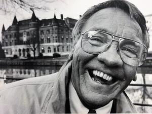 Björn Sundberg var en välkänd profil i Örebro. Här har fotografen Bernt Larsson fångat honom framför gamla NA-borgen 1990.