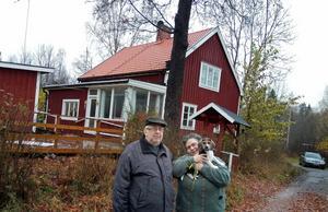 Vladimir Topcheev, 70 år, och Antigone Karapetsa, 65 år, med den söta valpen Sputnik 1 framför drömkåken i Mörtebo, Ockelbo.