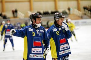 Nässjötränaren Patrik Gustavsson Thulin, till vänster, har börjat jobba med videoanalyser i samband med matchgenomgångarna.