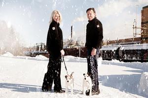 Heléne och Berth-Ola Lundqvist rastar hundarna vid bruket där de båda jobbar.
