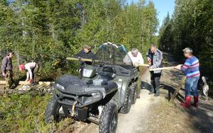 Här kommer 6-hjulingen med virke till gruppen. Foto: Karin Lindström