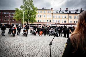 Patrik Kling håller tal på Sveatorget i Borlänge inför deltagarna precis innan avfärd.