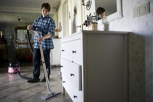 Att ta in en professionell städare i hemmet (som här Jeanette Kårvall) är ett nytt fenomen i vår kultur. Ofta hör man att svenskarna tycker att man ska