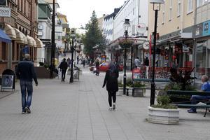 Det är verkligen ogenomtänkt att införa biltrafik på gågatan i Sollefteå. Förutom lågt innevånarantal så är det tomma skyltfönster och kanske för ointressanta butiker och framför allt internethandeln som är orsaken till den låga omsättningen, skriver Stefan.