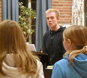 Andreas Forsberg leder kyrkans ungdomskör. Foto: Hans Karlsson