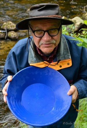 Kjell Söderberg hade lyckats fånga några guldsandskorn i sin vaskpanna.