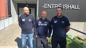 Peter Andersson (i mitten) har rekryterat de nya juniorcoacherna Marcus Jonasson (till vänster) och Patrik Jonasson (till höger) till Nynäs Hockey.