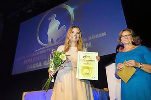 Johanna Hildingsson, Forsa Gårdsmejeri, vann ett pris som årets leverantör till det offentliga köket för att hon lyckats leverera lokalproducerad hälsingeostkaka till kommunens äldreboenden.