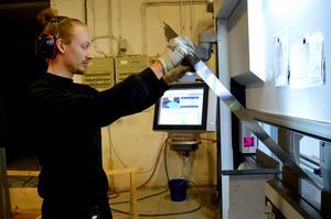 Natanael Bjöör ställer in olika värden på datorn när han ska bocka plåt till olika produkter, i det här fallet ett ventilationssystem.