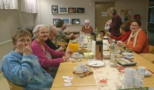 Föreningsmedlemmarna lät sig väl smaka av smörgåsar och kaffebröd på HRF:s höstmöte.