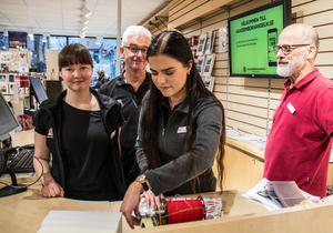 Alexandra Skoglund slår in en bok. Sara Eriksson, Mikael Nilsson och Håkan Nyberg laddar inför julruschen.